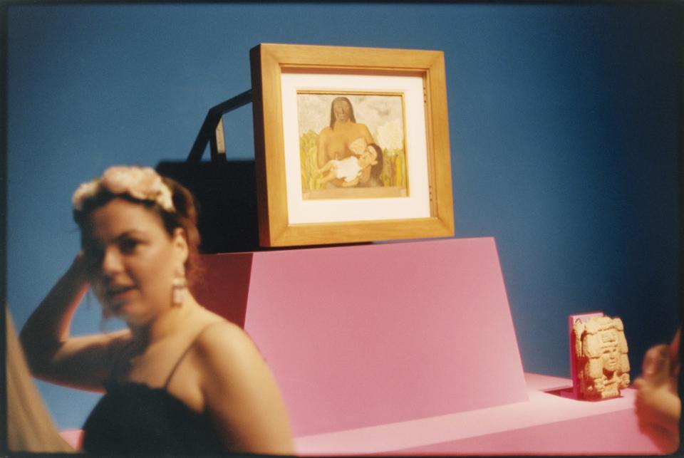 Frau an modernem Altar